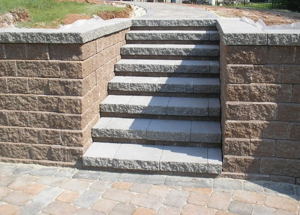 Steps leading up to a walkway.