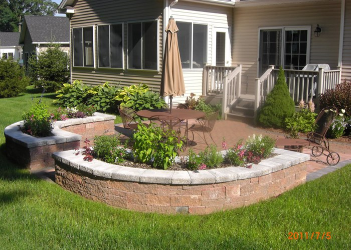 A double sided sitting wall with a planter in the middle.