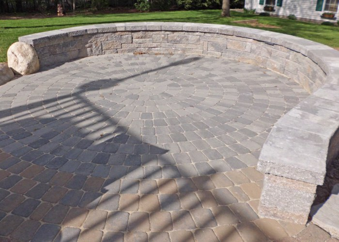 A sitting wall to define space and outline the circle pattern in the patio.